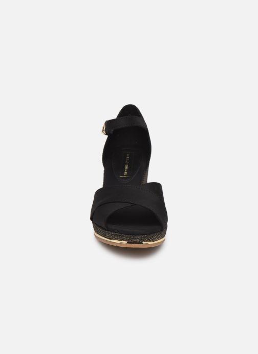 Sandaler Tommy Hilfiger FEMININE MID WEDGE SANDAL BASIC Sort se skoene på