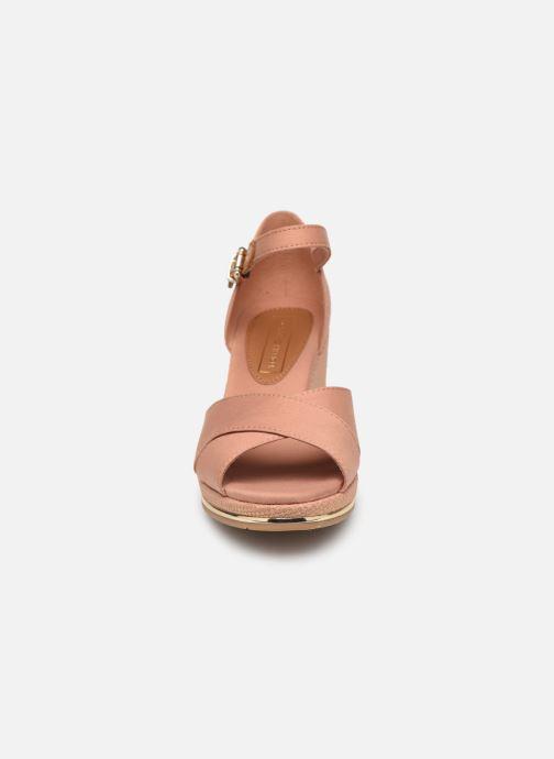 Sandali e scarpe aperte Tommy Hilfiger FEMININE MID WEDGE SANDAL BASIC Beige modello indossato