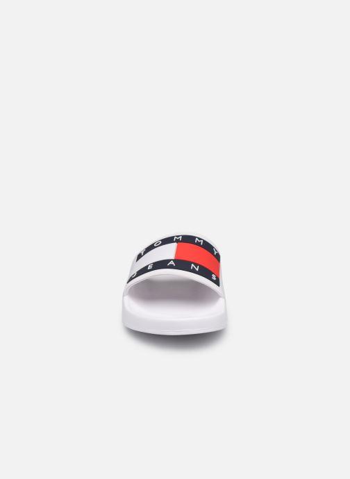 Clogs & Pantoletten Tommy Hilfiger TOMMY JEANS FLAG POOL SLIDE weiß schuhe getragen