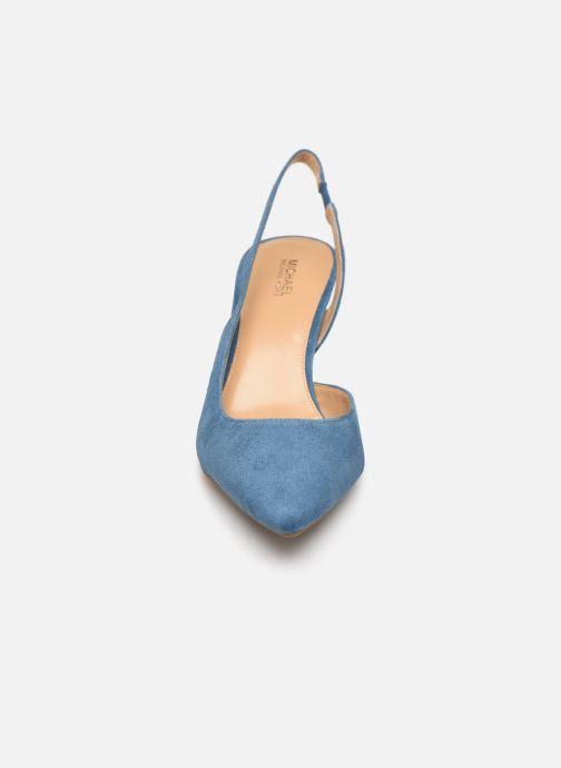 Zapatos de tacón Michael Michael Kors Lucille Flex Sling Azul vista del modelo