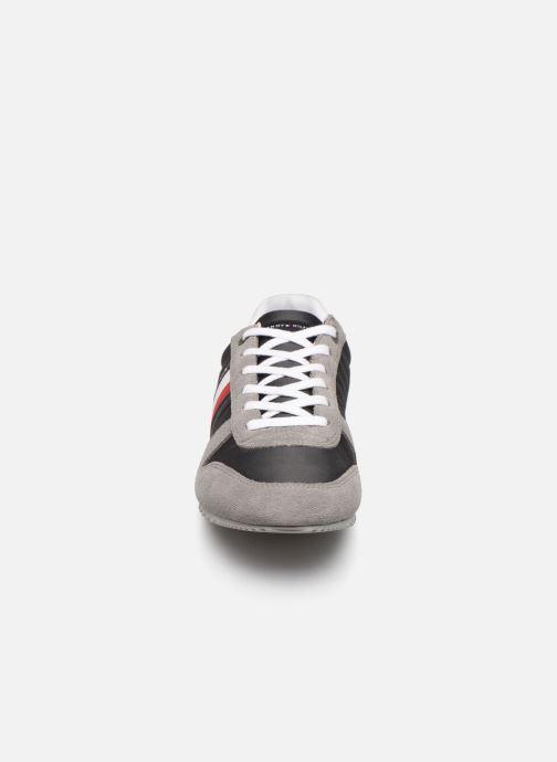 Baskets Tommy Hilfiger ESSENTIAL NYLON  RUNNER Gris vue portées chaussures