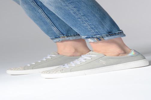 Sneaker Skechers Goldie grau ansicht von unten / tasche getragen