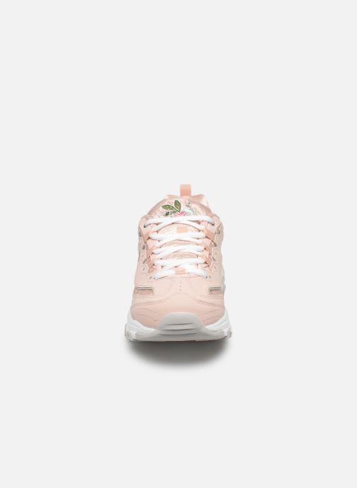 Sneakers Skechers D'Lites Bright Blossoms Rosa modello indossato
