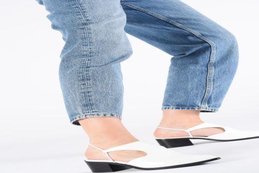 Sandalen E8 by Miista TYRA weiß ansicht von unten / tasche getragen