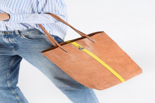 Handtaschen Sainte Isaure Jerry gold/bronze ansicht von unten / tasche getragen