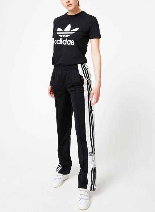 Vêtements adidas originals Trefoil Tee Noir vue bas / vue portée sac