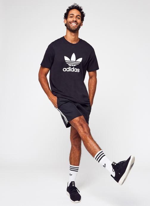 Vêtements adidas originals Trefoil T-Shirt Noir vue bas / vue portée sac