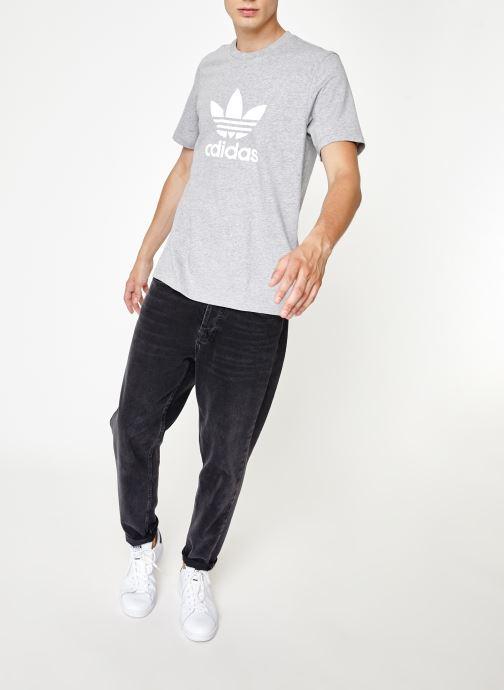 Vêtements adidas originals Trefoil T-Shirt Gris vue bas / vue portée sac