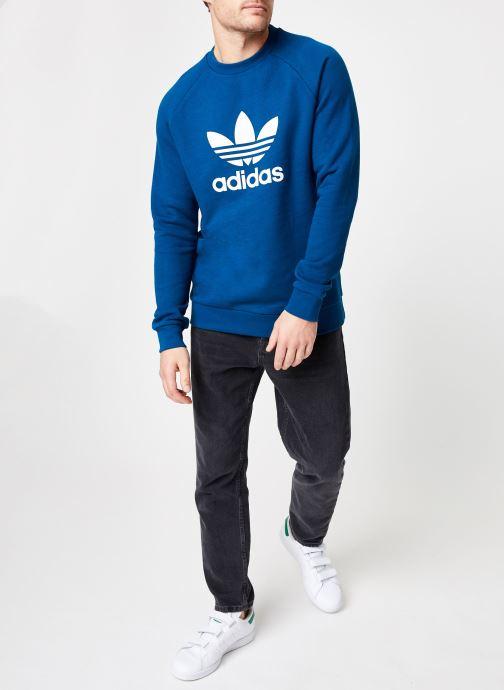 Vêtements adidas originals Trefoil Crew Bleu vue bas / vue portée sac