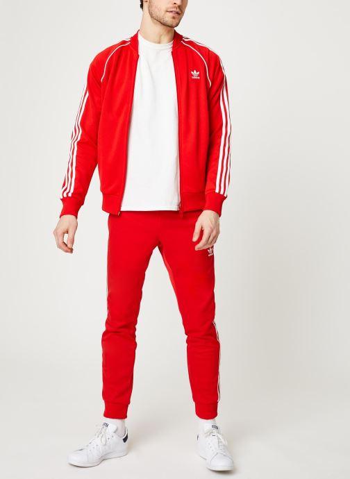 Vêtements adidas originals Sst Tt Rouge vue bas / vue portée sac