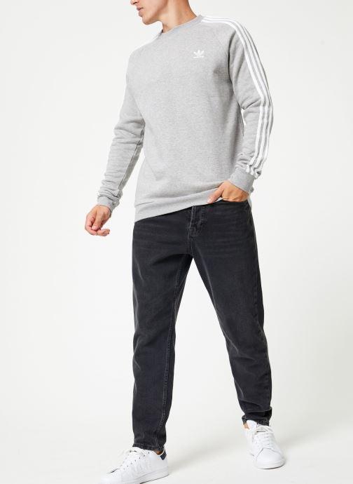 Vêtements adidas originals 3-Stripes Crew Gris vue bas / vue portée sac