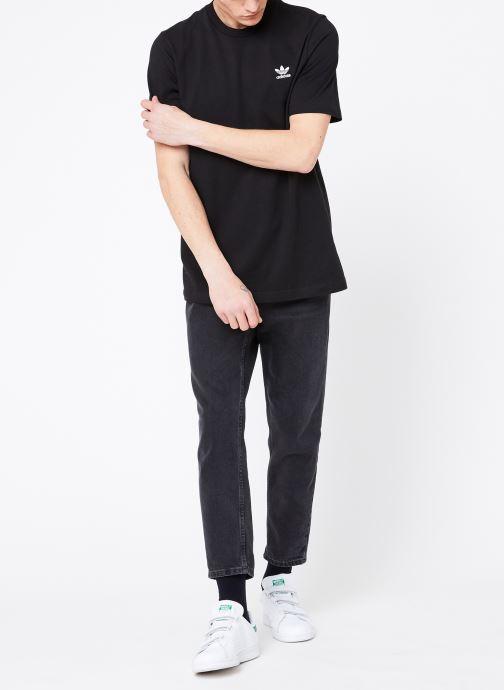 Vêtements adidas originals Essential T Noir vue bas / vue portée sac