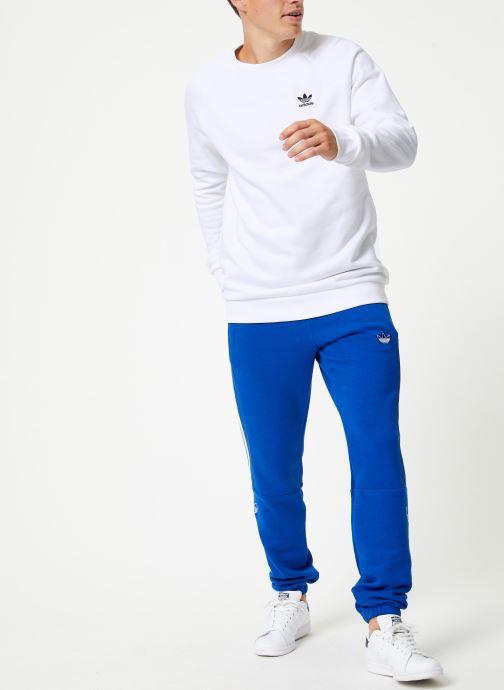 Vêtements adidas originals Essential Crew Blanc vue bas / vue portée sac