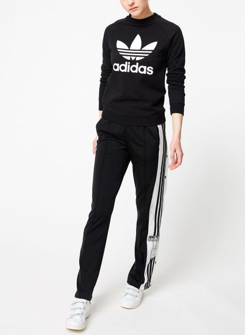 Vêtements adidas originals Trf Crew Sweat Noir vue bas / vue portée sac