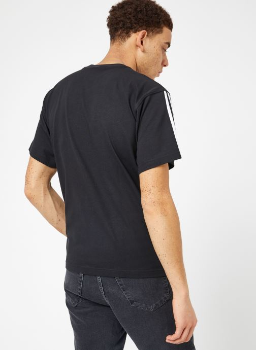 Ropa Adidas Originals Floating Tee Negro vista del modelo