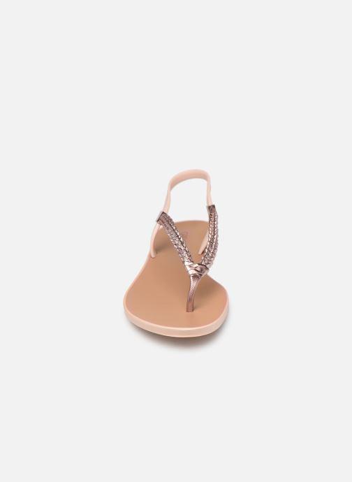 Sandali e scarpe aperte Grendha Acai Tropicalia Sandal Rosa modello indossato