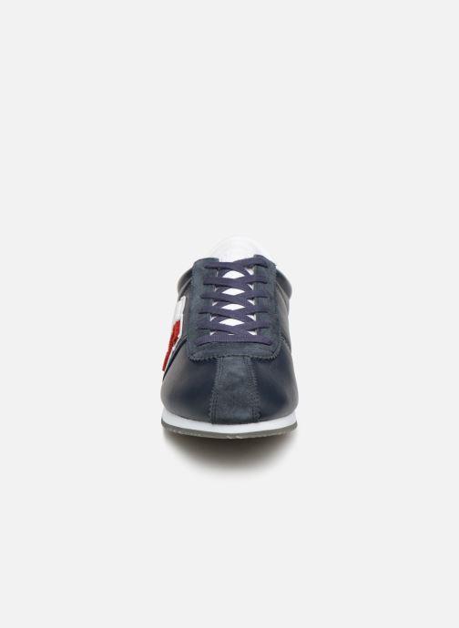 Baskets Tommy Hilfiger TJ85 Retro Flag Sneaker Bleu vue portées chaussures