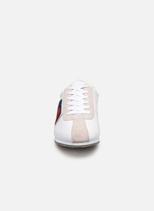 Baskets Tommy Hilfiger TJ85 Retro Flag Sneaker Blanc vue portées chaussures