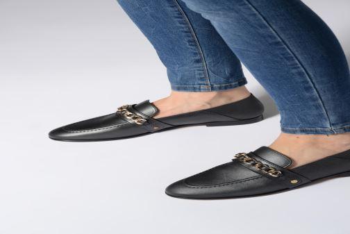 Mocassins Tommy Hilfiger Chain Detail Loafer Noir vue bas / vue portée sac