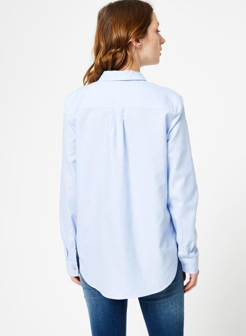 Vêtements Tommy Jeans TJW ORIGINAL LIGHT OXFORD SHIRT Bleu vue portées chaussures