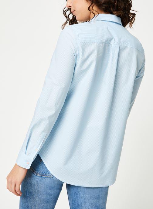 Vêtements Tommy Jeans TJW REGULAR STRIPE POPLIN SHIRT Bleu vue portées chaussures