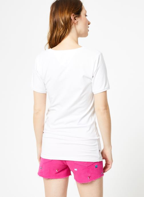 Vêtements Tommy Jeans TJW SHORTSLEEVE STRETCH TEE Blanc vue portées chaussures