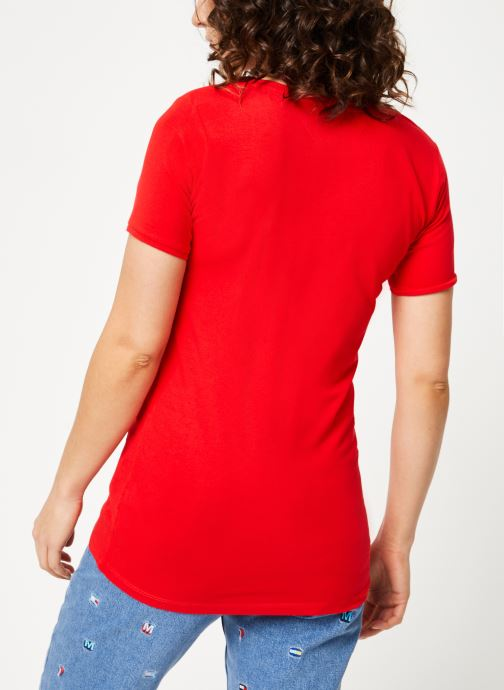 Vêtements Tommy Jeans TJW SHORTSLEEVE STRETCH TEE Rouge vue portées chaussures