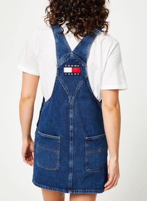 Vêtements Tommy Jeans CLASSIC DUNGAREE DRESS Bleu vue portées chaussures