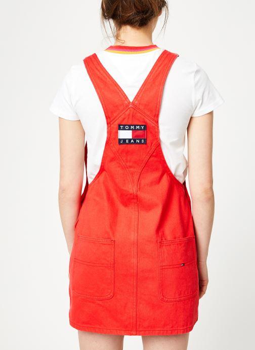 Vêtements Tommy Jeans CLASSIC DUNGAREE DRESS Rouge vue portées chaussures