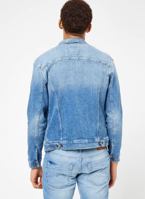 Vêtements Tommy Jeans REGULAR TRUCKER JACKET Bleu vue portées chaussures