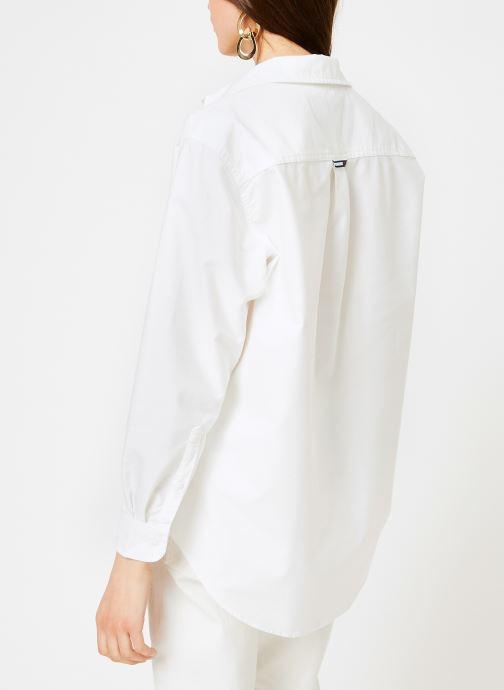Vêtements Tommy Jeans TJW TOMMY CLASSICS SHIRT Blanc vue portées chaussures