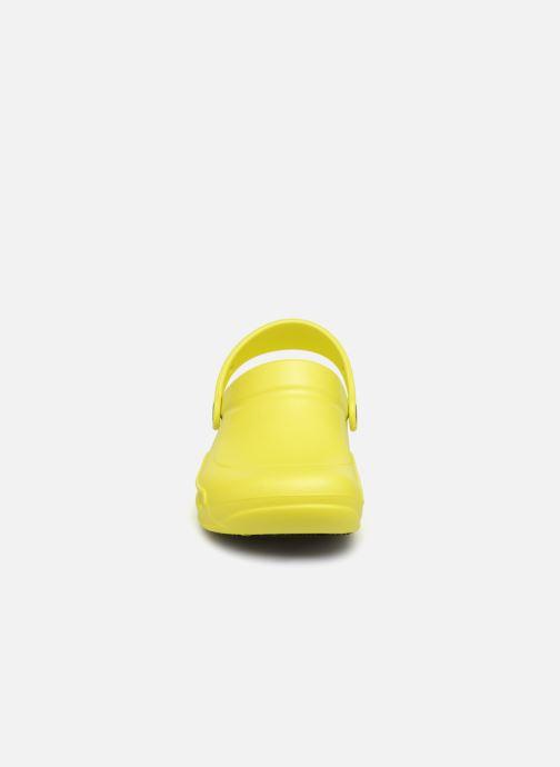 Mules et sabots Crocs Bistro w Jaune vue portées chaussures
