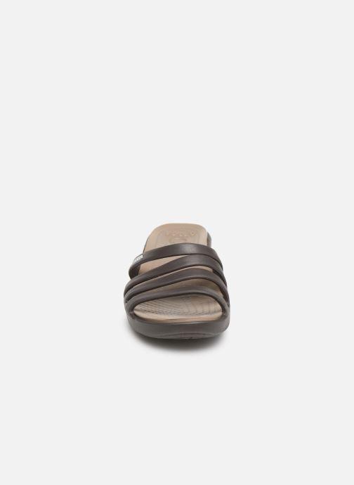 Mules et sabots Crocs Rhonda Wedge Sandal W Marron vue portées chaussures