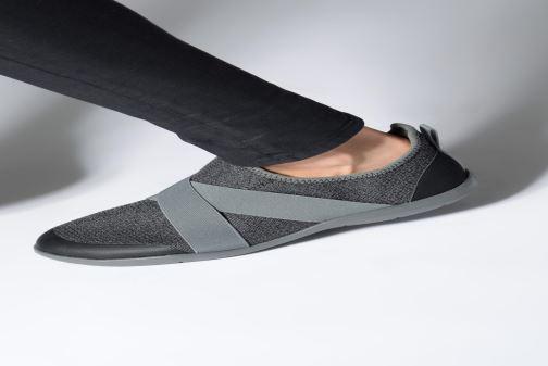 Baskets Crocs Swiftwater Cross-Strap Static Gris vue bas / vue portée sac