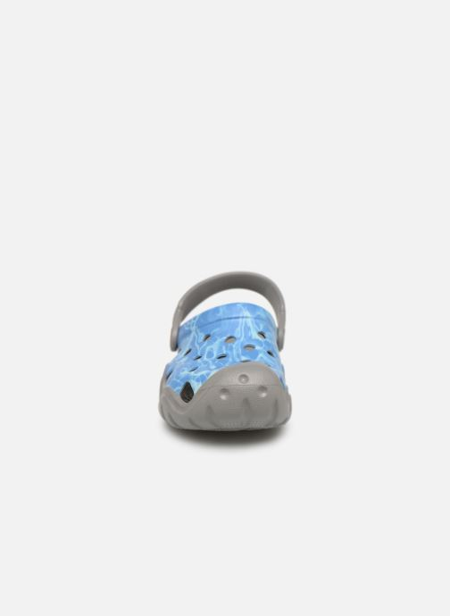 Sandalias Crocs Swiftwater Graphic Clog K Azul vista del modelo