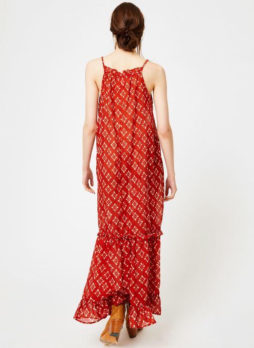 Vêtements La Cabane de Stella 01.ROBE LONGUE VOLANT SHIBURI Rouge vue portées chaussures