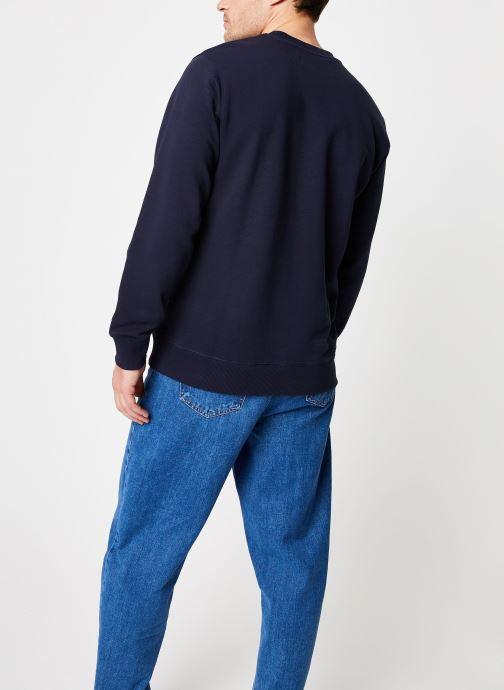 Vêtements Calvin Klein Jeans Core Institutional Logo Sweatshirt Bleu vue portées chaussures