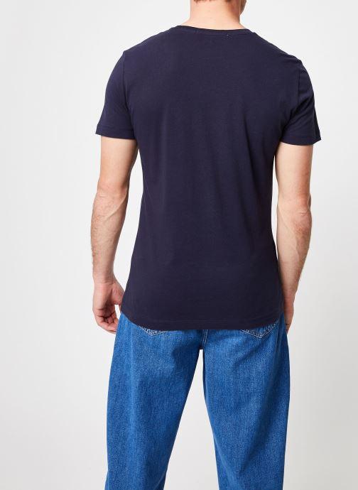 Vêtements Calvin Klein Jeans CORE INSTITUTIONAL LOGO  SLIM SS TEE Bleu vue portées chaussures