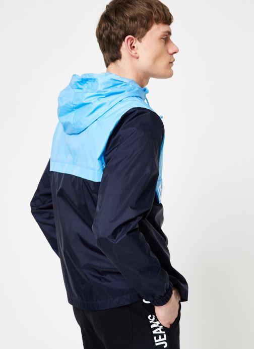 Vêtements Calvin Klein Jeans COLOR BLOCK NYLON POPOVER Bleu vue portées chaussures