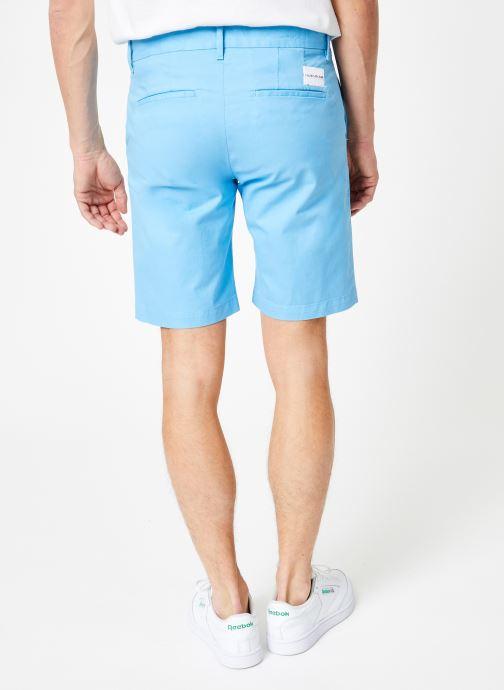 Vêtements Calvin Klein Jeans CKJ 026 SLIM CHINO SHORT Bleu vue portées chaussures