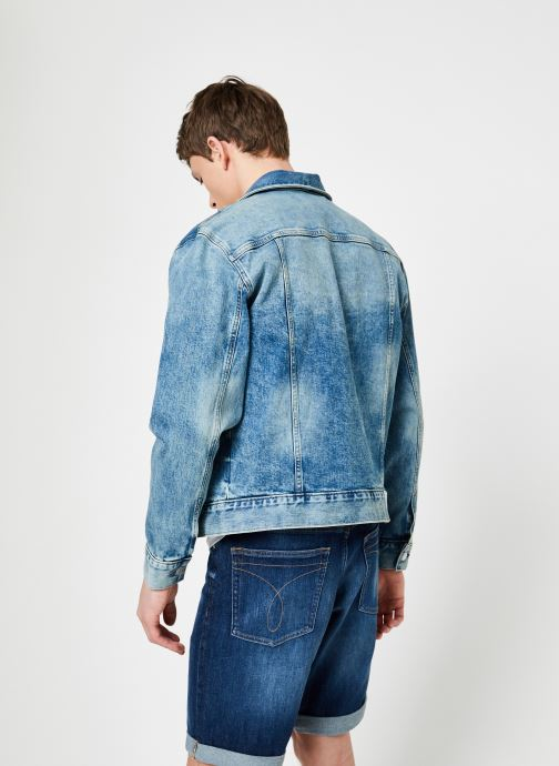 Vêtements Calvin Klein Jeans MODERN CLASSIC TRUCKER OMEGA Bleu vue portées chaussures