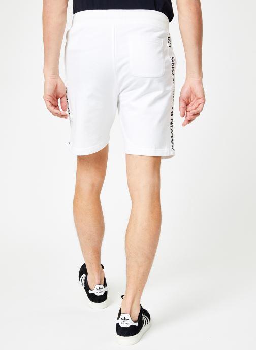 Vêtements Calvin Klein Jeans SIDE INSTITUTIONAL SHORT Blanc vue portées chaussures