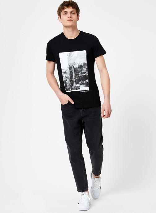 Vêtements Calvin Klein Jeans LANDSCAPE GRAPHIC SLIM SS TEE Noir vue bas / vue portée sac