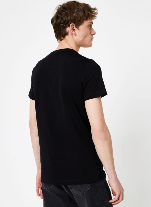 Vêtements Calvin Klein Jeans LANDSCAPE GRAPHIC SLIM SS TEE Noir vue portées chaussures