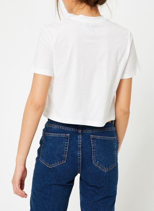 Vêtements Calvin Klein Jeans Monogram Crop Pocket Tee Blanc vue portées chaussures