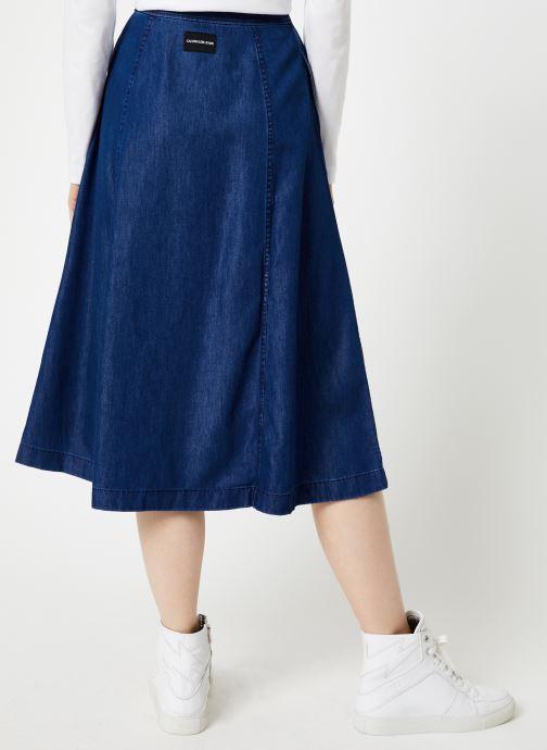 Vêtements Calvin Klein Jeans Midi Skirt Indigo Tencel Bleu vue portées chaussures