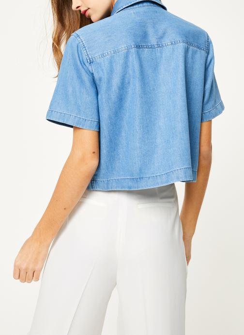 Vêtements Calvin Klein Jeans Cropped SS Shirt Indigo Tencel Bleu vue portées chaussures