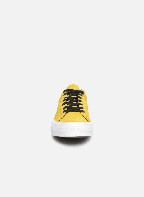 f0cf891ce3f38 Baskets Converse One Star Dark Star Vintage Suede Ox Jaune vue portées  chaussures