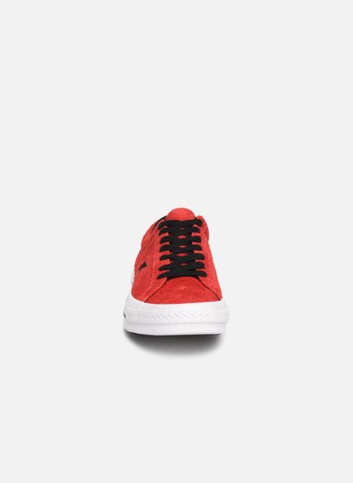 Baskets Converse One Star Dark Star Vintage Suede Ox Rouge vue portées chaussures
