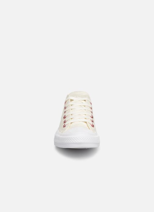 Baskets Converse Chuck Taylor All Star Hearts Ox Blanc vue portées chaussures